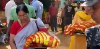ভারত জিতবে তৃতীয় বিশ্বকাপ,এমএস ধোনির মা প্রসিদ্ধ মন্দিরে করলেন বিশেষ পুজো