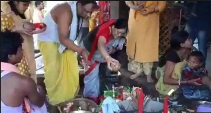 ভারত জিতবে তৃতীয় বিশ্বকাপ,এমএস ধোনির মা প্রসিদ্ধ মন্দিরে করলেন বিশেষ পুজো 2