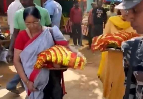 ভারত জিতবে তৃতীয় বিশ্বকাপ,এমএস ধোনির মা প্রসিদ্ধ মন্দিরে করলেন বিশেষ পুজো 3