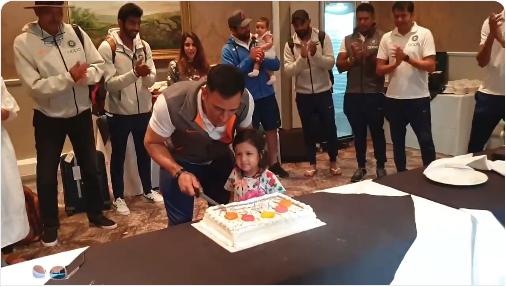 "Video: ভারতীয় ক্রিকেটের ক্যাপ্টেন "" কুল "" এইভাবে পালন করলেন নিজের জন্মদিন ! 1"