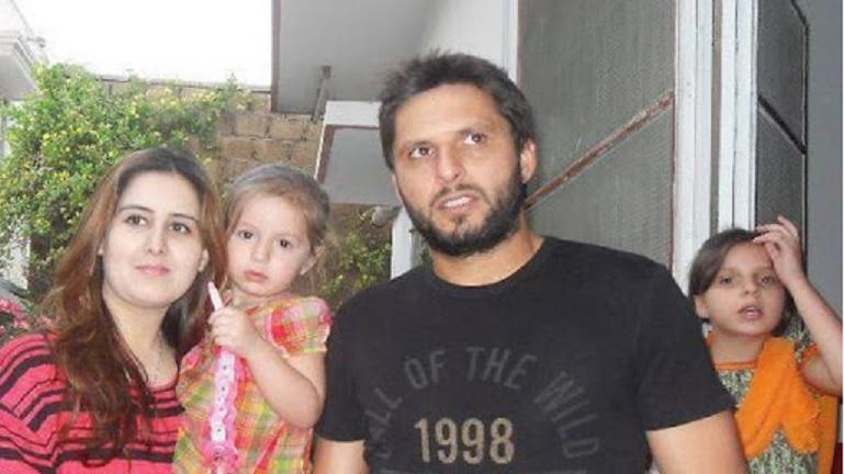 রাখি স্পেশাল: ওএমজি!! ৭ পাকিস্তানী তারকা যারা বিয়ে করেছেন নিজেদের বোনকে