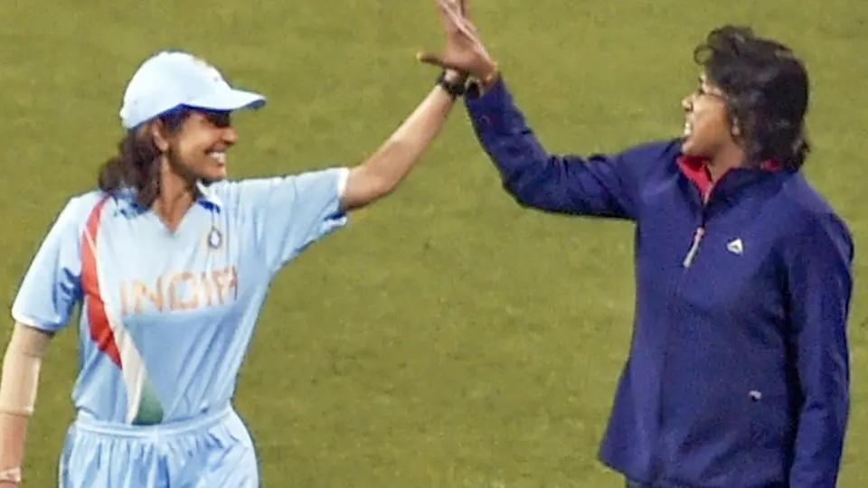 ছবি: এই ইন্ডিয়ান ক্রিকেটারের বায়োপিকে অভিনয় করছেন করছেন অনুষ্কা শর্মা, টিম ইন্ডিয়ার জার্সিতে গেল দেখা 1