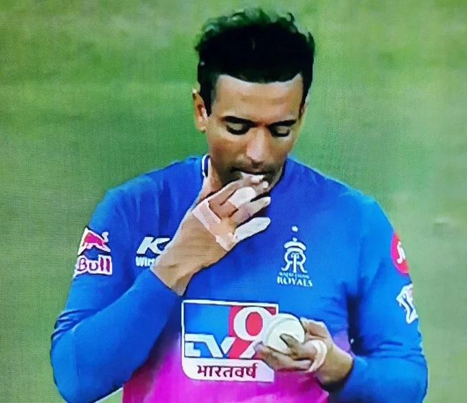 IPL2020, KKRvsRR: রবিন উথাপ্পা ভাঙলেন আইসিসির নিয়ম, মাঠে পেলেন ওয়ার্নিং, দেখুন ভিডিও 1
