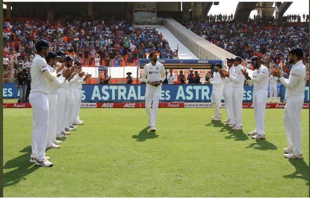 ভিডিও, PINK ball Test: ১০০তম টেস্টে ঈশান্তকে অমিত শাহ আর দলের তরফে দেওয়া হল বিশেষ সম্মান 1
