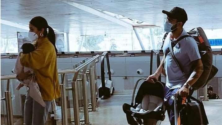 দেখুন : জাতীয় দলের অধিনায়ক থেকে স্ত্রীয়ের কুলি হয়ে গেলেন বিরাট কোহলি, মেয়েকে নিয়ে অনুষ্কা 2