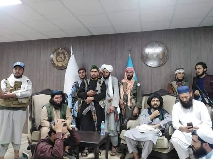 বন্দুক নিয়ে তালেবানরা দখল নিল আফগানিস্তান ক্রিকেট বোর্ডের! ভাইরাল সেই ভয়ঙ্কর ছবি 5